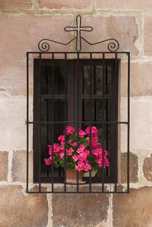 belief systems: Finestra con fiori e Croce, Carmona, Cantabria, Spagna settentrionale