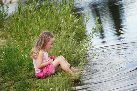 물로 노는 아이 스톡 콘텐츠