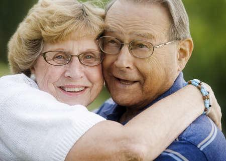 curare teneramente: Ritratto di coppia senior avvolgente