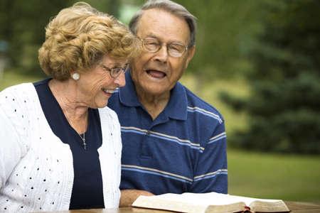 belief systems: Senior couple ridere