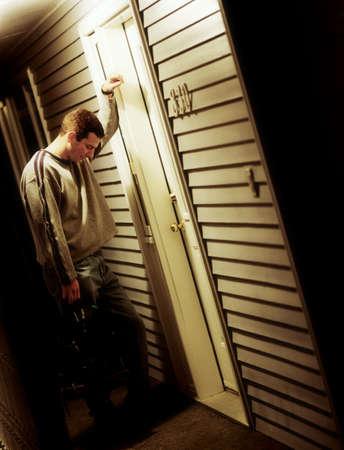 twentysomething: Vista laterale di un uomo triste