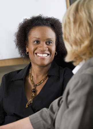 amigas conversando: Mujeres empresarias  Foto de archivo