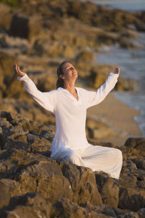uplifting: Mujer con los brazos alzados  Foto de archivo