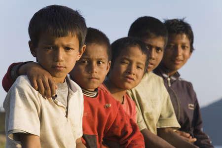 ni�os tristes: Grupo de muchachos