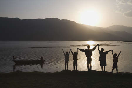 twentysomething: Gruppo di persone con le braccia sollevate al cielo  Archivio Fotografico