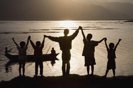 twentysomething: Un gruppo di persone con le braccia sollevate