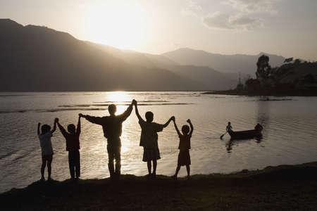 Un grupo de personas con los brazos alzados  Foto de archivo - 7208813