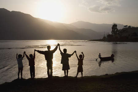 belief systems: Un gruppo di persone con le braccia sollevate