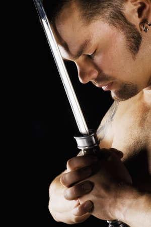 belief systems: Un uomo in possesso di una spada