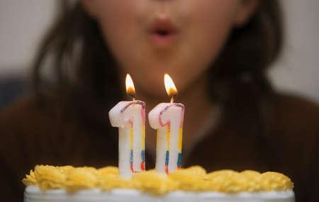 생일 케이크에 촛불을 불고 소녀