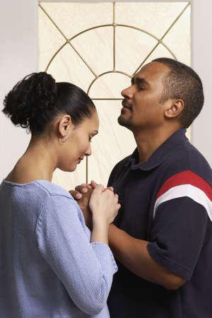 orando: Pareja rezando juntos