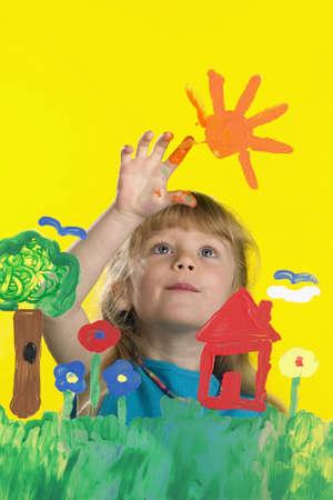 enfants peinture: Fille de peinture sur verre Banque d'images