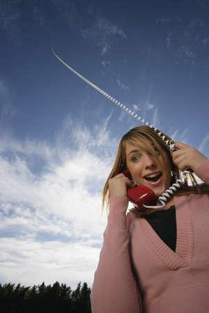 twentysomething: Vista frontale della donna parla sul telefono cellulare