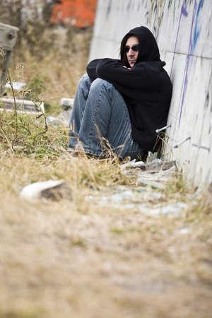 twentysomething: Uomo accanto a graffiti  Archivio Fotografico