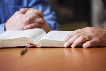 valores morales: Biblia y rezando manos  Foto de archivo