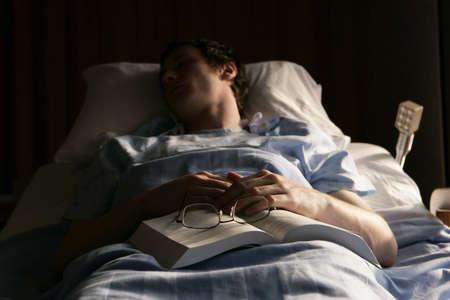 病院のベッドで男