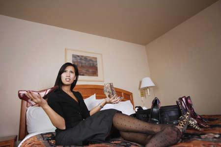 perplexing: Una mujer que compararon los zapatos