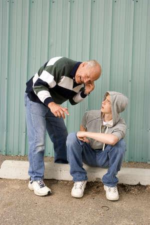 祖父と孫の音楽を聴く
