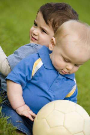 Bébé et tout-petit avec un ballon de soccer  Banque d'images - 7207871