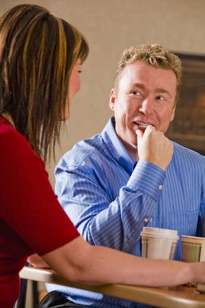 amigas conversando: Hombre y mujer hablar mientras bebe caf�