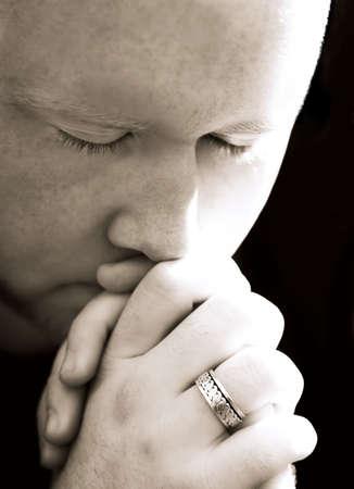 hombre orando: Un hombre rezando  Foto de archivo