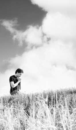 arrodillarse: Hombre rezando al aire libre