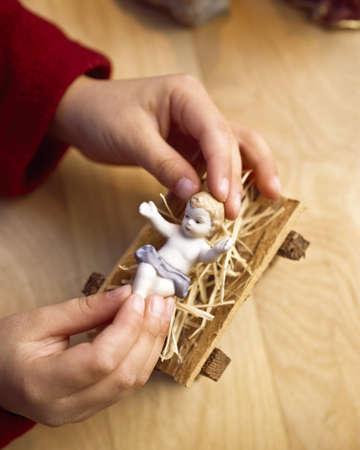 belief systems: Bambini a giocare con la figura di Ges� bambino