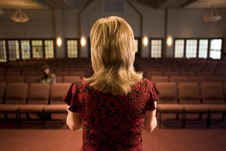 belief systems: Donna di fronte una stanza vuota