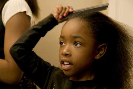 女の子は髪をとかす 写真素材