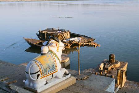 belief systems: Santuario ind� di Nandi lungo le rive del fiume Gange, Varanasi, India Archivio Fotografico