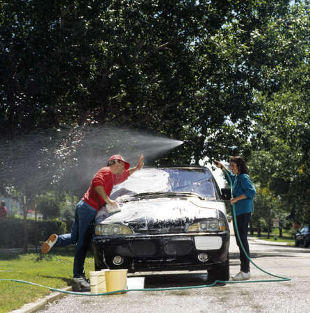 auto lavado: Lavar el coche de pareja  Foto de archivo