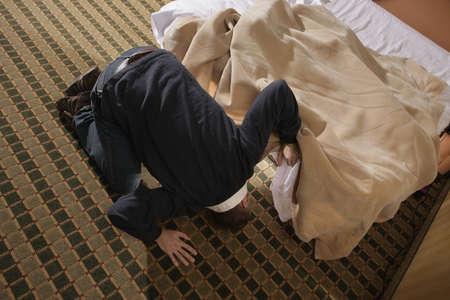 constat: Homme � la recherche de quelque chose sous le lit