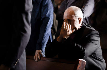 hombre orando: Hombre rezando en un pew