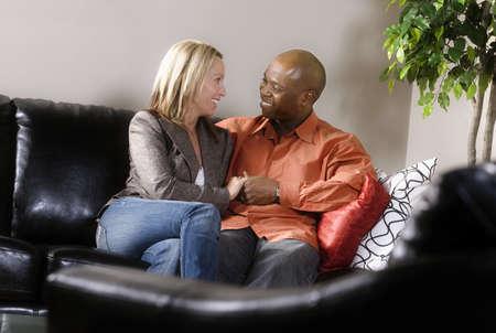 dos personas conversando: Pareja sentados cerca juntos  Foto de archivo