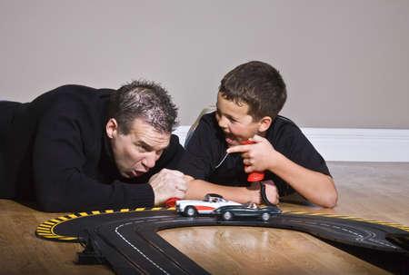 Vader en zoon spelen met race track