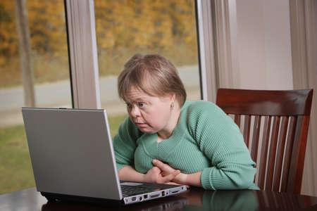 perseverar: Mujer con un ordenador port�til