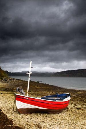 Lochaline、スコットランドの海岸をボートします。