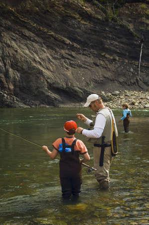 Père et fils volée de pêche en rivière de montagne  Banque d'images - 7207533