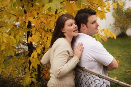 seducing: Donna cercando di tirare un uomo smarrito
