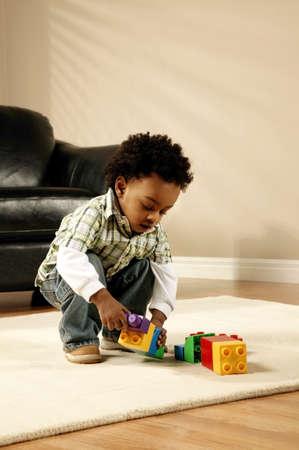 Un garçon jouant avec blocs  Banque d'images - 7206740