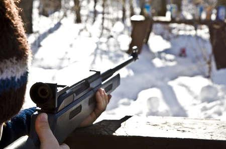 hombre disparando: Hombre disparando una pistola  Foto de archivo
