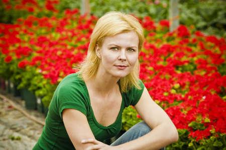 mujeres sentadas: Mujer con flores