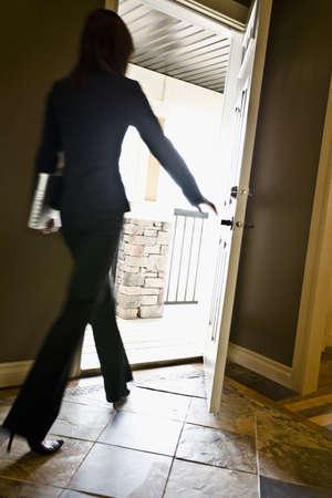 여자 문 밖으로 걸어