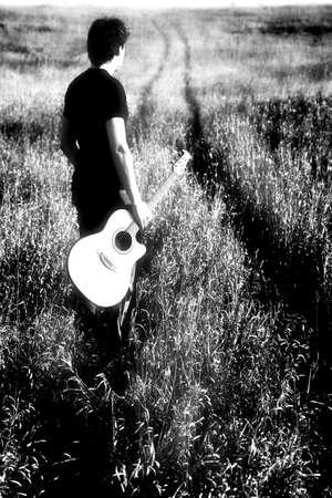 ギターを持つ男