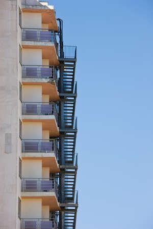 huir: Edificio de multi-plantas de escape de incendios, las escaleras,  Foto de archivo
