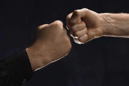 pu�os cerrados: Dos hombres golpeando a pu�os juntos
