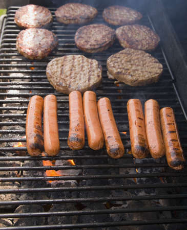 perro caliente: Carne en una barbacoa  Foto de archivo