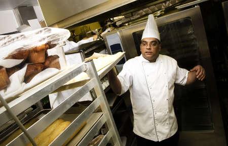 cocinas industriales: Baker en la cocina  Foto de archivo