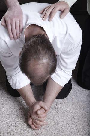 belief systems: Uomo, pregando in ginocchio