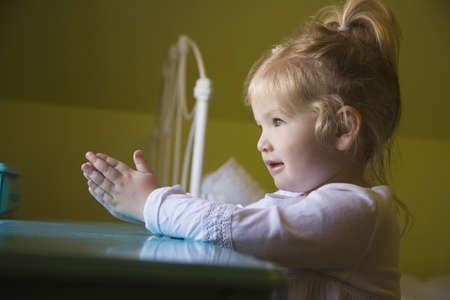 mains pri�re: Fille priant